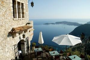 La terrasse du restaurant baignée de soleil