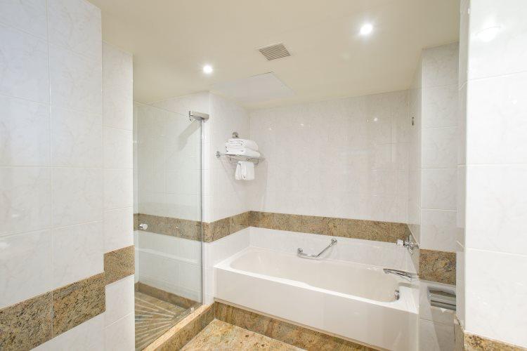 Hilton Paris Charles de Gaulle Airport - Deluxe Room - Bathroom