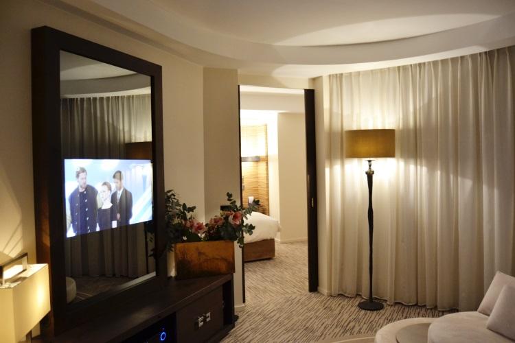 Radisson blu 1835 cannes paradise suite hotel review for Tlvision miroir