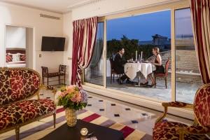 A romantic dinner at the Majestic Paris