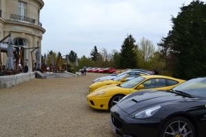 Ferrari devant le château