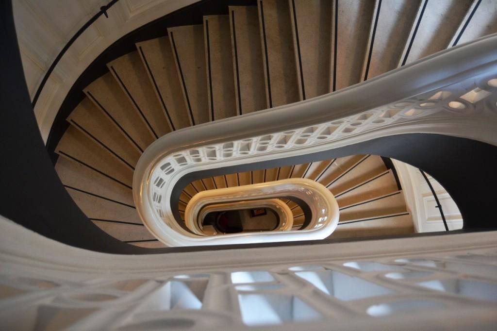 Escalier historique du Buddha Bar Hotel Paris