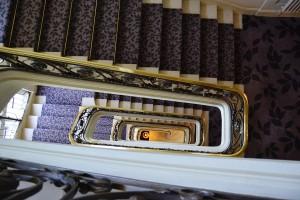 Les escaliers et leurs rambardes de fer forgé