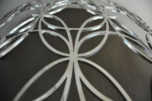 Décoration en métal sur le pilier