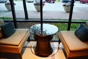 Table à côté de la fenêtre