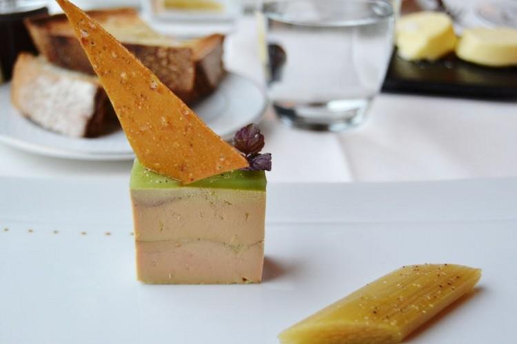 Foie gras maison coiffé de son triangle de nougatine