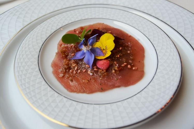 Carpaccio de thon rouge aux graines de sésame torréfiée et fleurs