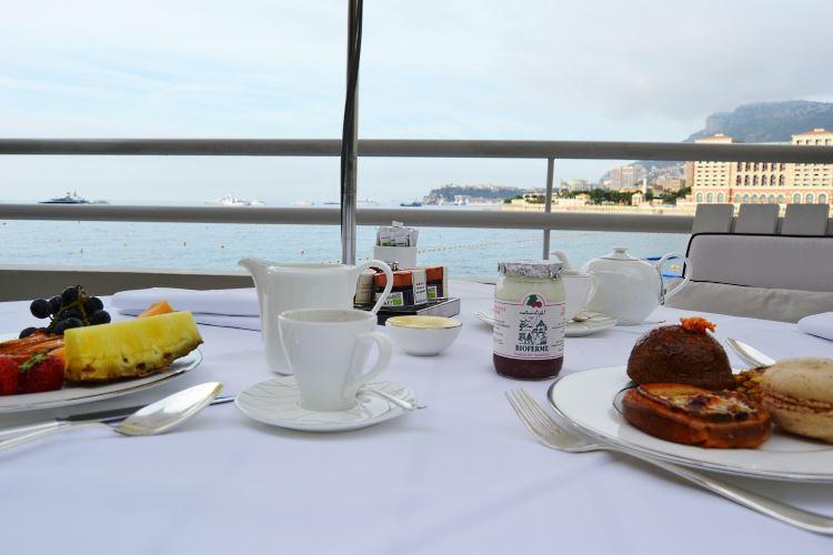 Petit déjeuner vue mer