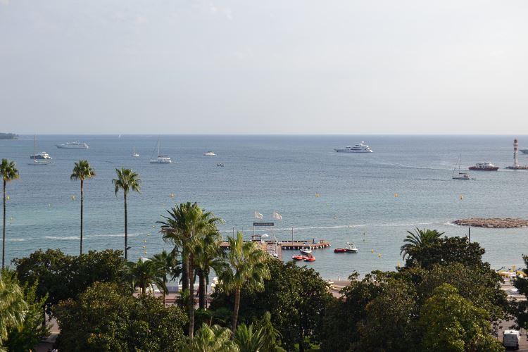 Vue sur la Croisette de Cannes depuis la suite