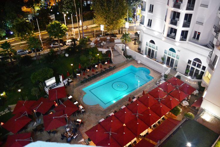 Terrasse du Fouquet's avec la piscine du Majestic