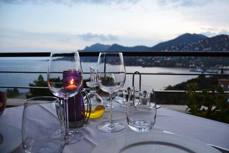 Notre table surplombant la Méditerranée et l'Estérel