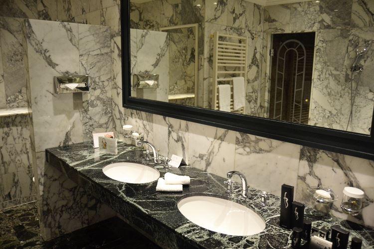 Salle de bains de la Junior Suite du Majestic Barrière