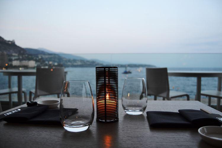 Smart cruise-like dinner atmosphere