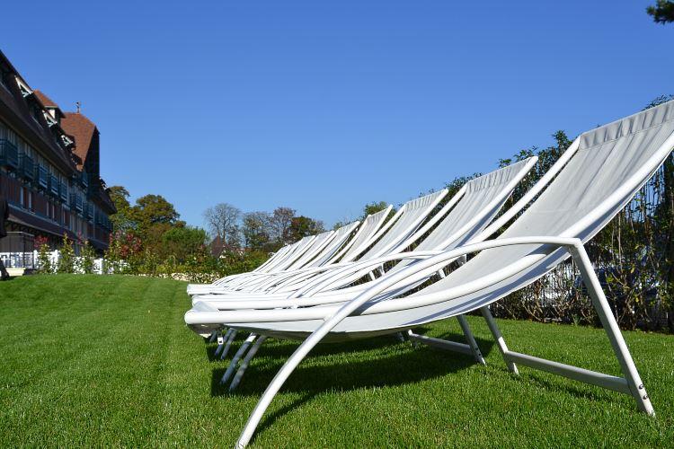 Les chaises longues au soleil