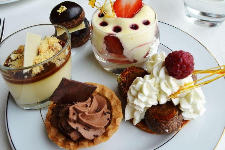 Assortiment de desserts - Tiara Mont Royal Chantilly