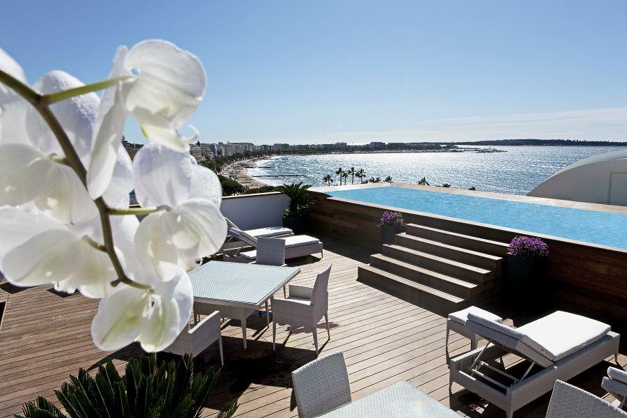 La terrasse en teck surplombant la Croisette de Cannes