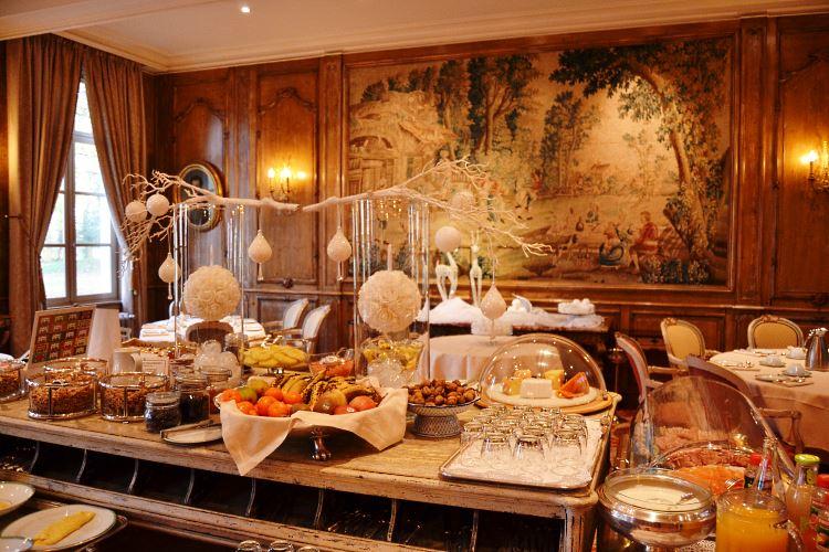 Generous breakfast buffet in the Robert II restaurant
