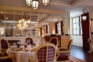 Salle de restaurant et cuisine semi-ouverte
