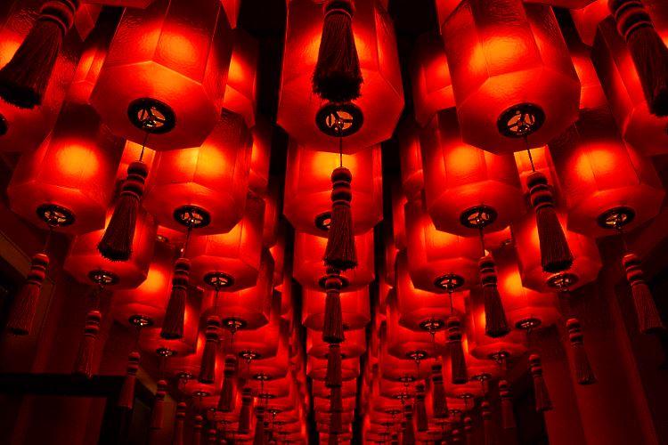 Lanternes asiatiques rouges du Buddha Bar Hôtel Paris