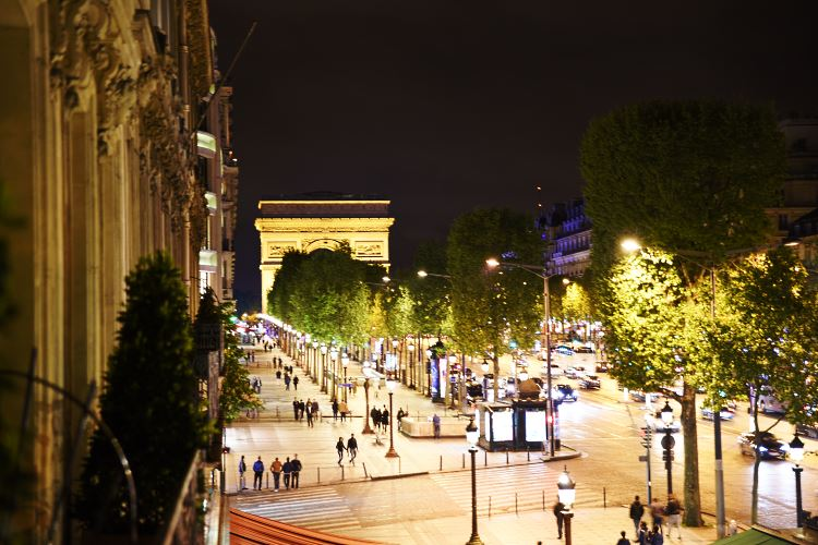 Champs Elysées Paris by night