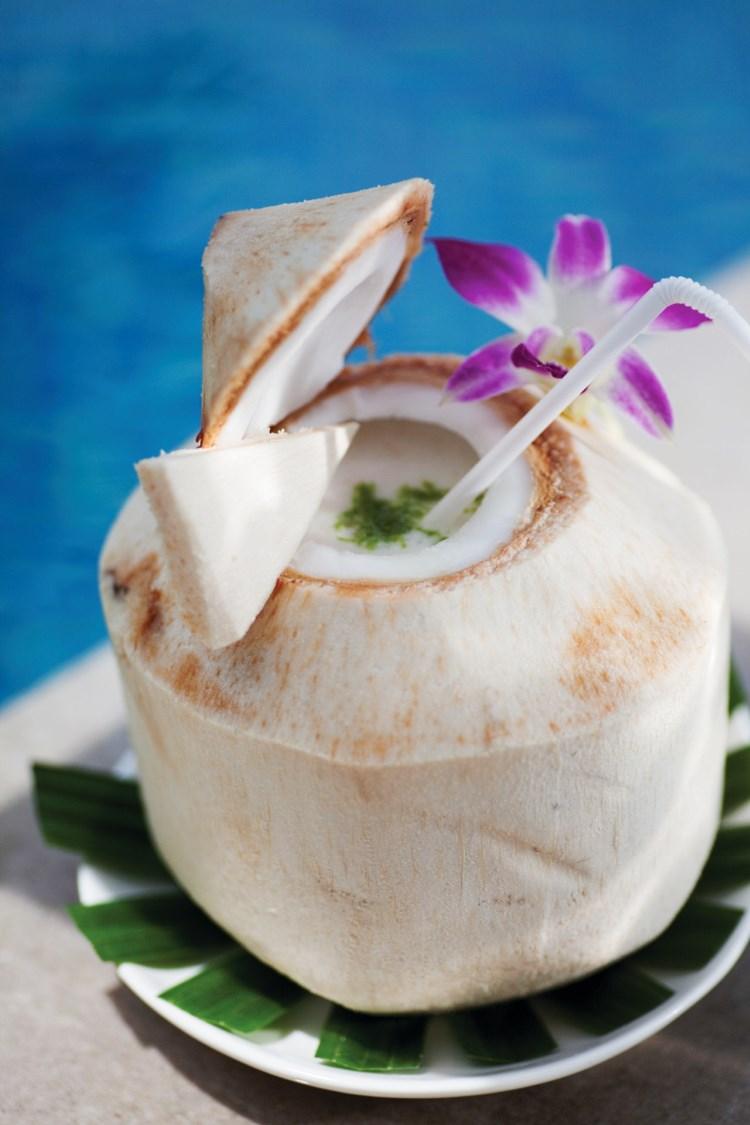 Cocktail dans une noix de coco fraîche
