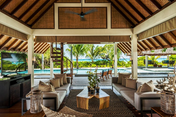Four Seasons Landaa Giraavaru - Royal Beach Villa Living Room