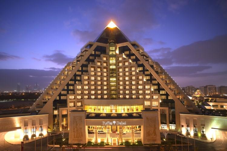 L'hôtel Raffles de Dubaï de nuit
